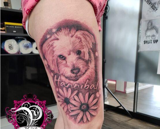Hund Blumen Schriftzug Tattoo